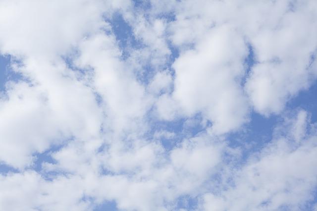 雲が少し多い青空